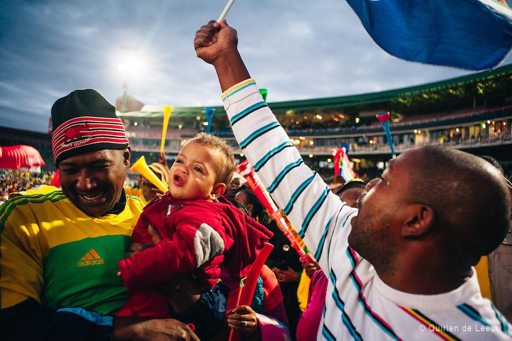 Zuid Afrikaanse voetbalsupporters vieren feest nadat het zuid afrikaanse team, de Bafana's, gescoord hebben tegen oud Wereldkampioen Frankrijk. Zuid Afrika wint uiteindelijk de wedstrijd.