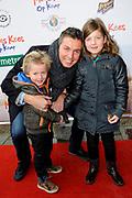 Premiere Mees Kees op Kamp in het CineMec in Ede.<br /> <br /> Op de foto:  Pieter van den Hoogenband met zijn kinderen