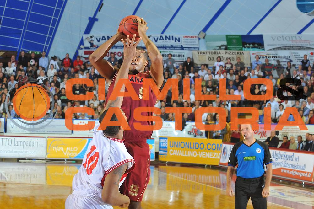 DESCRIZIONE : Venezia Lega A2 2010-11 Umana Reyer Venezia Fulgor Libertas Forli<br /> GIOCATORE : Tamar Slay<br /> SQUADRA : Umana Reyer Venezia <br /> EVENTO : Campionato Lega A2 2010-2011<br /> GARA : Umana Reyer Venezia Fulgor Libertas Forli<br /> DATA : 10/10/2010<br /> CATEGORIA : Tiro<br /> SPORT : Pallacanestro <br /> AUTORE : Agenzia Ciamillo-Castoria/M.Gregolin<br /> Galleria : Lega Basket A2 2009-2010 <br /> Fotonotizia : Venezia Lega A2 2010-11 Umana Reyer Venezia Fulgor Libertas Forli<br /> Predefinita :