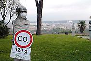 """Roma 5 Giugno 2008.  <br /> L' Associazione ambientalista  """"Terra""""  per protesta contro l'emissione di CO2, ha applicato  su 150 statue di Roma  mascherine antinquinamento e cartelli contro il CO2. Gianicolo<br /> Rome June 5, 2008.  <br /> L 'Environmental association """"Earth"""" in protest against the emission of CO2, has applied to 150 statues of Rome anti-pollution masks and poster against the CO2."""