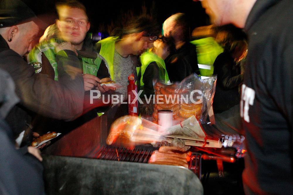Beim traditionellen Abgrillen der B&auml;uerlichen Notgemeinschaft vor der Polizeikaserne in Neu Tramm blieb es im Jahr 2010 ungew&ouml;hnlich ruhig.  <br /> <br /> Ort: Neu Tramm<br /> Copyright: Karin Behr<br /> Quelle: PubliXvewinG