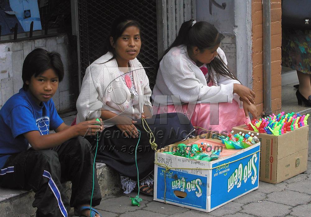Toluca, M&eacute;x. -Ante la falta de oportunidades de trabajo, para muchas comunidades indigenas tienen que recurrir a la venta ambulante en las ciudades. Agencia MVT / MIGUEL A. VAZQUEZ. (DIGITAL)<br /> <br /> NO ARCHIVAR - NO ARCHIVE