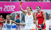 LONDEN - Vreugde bij Maartje Paumen (m) en Eva de Goede , nadat Naomi van As bij een strafcornervariant de stand op 1-1 heeft gebracht , maandag tijdens de Olympische hockeywedstrijd tussen de vrouwen van  Nederland en Groot Brittannie (2-1).  ANP KOEN SUYK