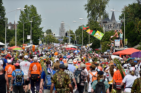 Nederland, Nijmegen, 18-7-2014Het vierdaagselegioen loopt over de Via Gladiola Nijmegen binnen. Na een feestelijke intocht volgt de uiteindelijke finish en het ophalen van het kruisje, vierdaagsekruisje, op de Wedren. Iedere deelnemer  krijgt een bloem, gladiool, uitgerijkt. Vanwege de vliegramp boven de Oekraine is de intocht sterk versoberd. Geen marsmuziek of muziek van groepen.The International Four Day Marches Nijmegen is the largest marching event in the world. It is organized every year in Nijmegen mid-July as a means of promoting sport and exercise. Participants walk 30, 40 or 50 kilometers daily, and on completion, receive a royally approved medal, Vierdaagsekruis. The participants are mostly civilians, but there are also a few thousand military participants. In 2004 a restriction on the maximum number of registrations is set to 45,000. More than a hundred countries have been represented in the Marches over the years. Because of the crash of the malaysian airliner, plane over the Ukraine all festivities have been sobered.Foto: Flip Franssen/Hollandse Hoogte