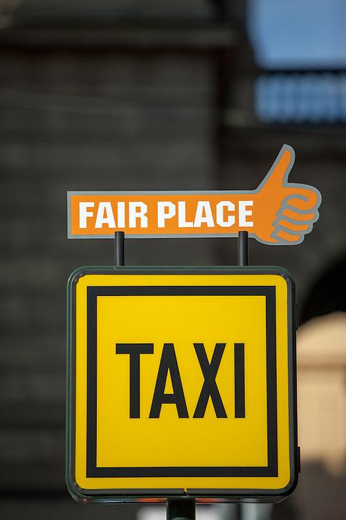 Fair place Taxi Stand vor dem Rudolfinum in Prag.