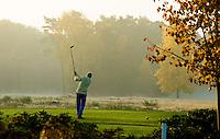 LOCHEM - Afslaan op hole 1 om 8uur in de ochtend. Herfst op de Lochemse Golfclub, De Graafschap. COPYRIGHT KOEN SUYK