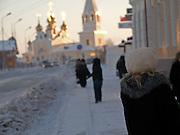 Passanten vor einer russisch orthodoxen Kirche in der Innenstadt von Jakutsk. Jakutsk wurde 1632 gegruendet und feierte 2007 sein 375 jaehriges Bestehen. Jakutsk ist im Winter eine der kaeltesten Grossstaedte weltweit mit durchschnittlichen Winter Temperaturen von -40.9 Grad Celsius. Die Stadt ist nicht weit entfernt von Oimjakon, dem Kaeltepol der bewohnten Gebiete der Erde.<br /> <br /> Passersby infront of a Russian Orthodox church in the city center of Yakutsk. Yakutsk was founded in 1632 and celebrated 2007 the 375th anniversary. Yakutsk is a city in the Russian Far East, located about 4 degrees (450 km) below the Arctic Circle. It is the capital of the Sakha (Yakutia) Republic (formerly the Jakut Autonomous Soviet Socialist Republic), Russia and a major port on the Lena River. Yakutsk is one of the coldest cities on earth, with winter temperatures averaging -40.9 degrees Celsius.