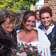 NLD/Laren/20130103 - Huwelijk Laura Ruiters, Leontien Borsato - Ruiters, bruid Laura Ruiters en hun moeder Ria