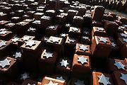 Nederland, Westerbork, 27-10-2005..Herinneringscentrum, nationaal monument kamp Westerbork bij Hooghalen. Rode stenen symboliseren de 102.000 mensen die er gevangen hebben gezeten in de 2e, tweede wereldoorlog. Van hier werden de joden, Roma, Sinti, zigeuners, gevangenen op transport gezet en per trein naar de vernietigingskampen, concentratiekampen, van de Duitsers vervoerd. Doorgangskamp, gedenkteken, facisme, slachtoffers oorlog, Holocaust. Geschiedenis, historie. Nazi Duitsland, Hitler. Auslosung Juden...Foto: Flip Franssen/Hollandse Hoogte