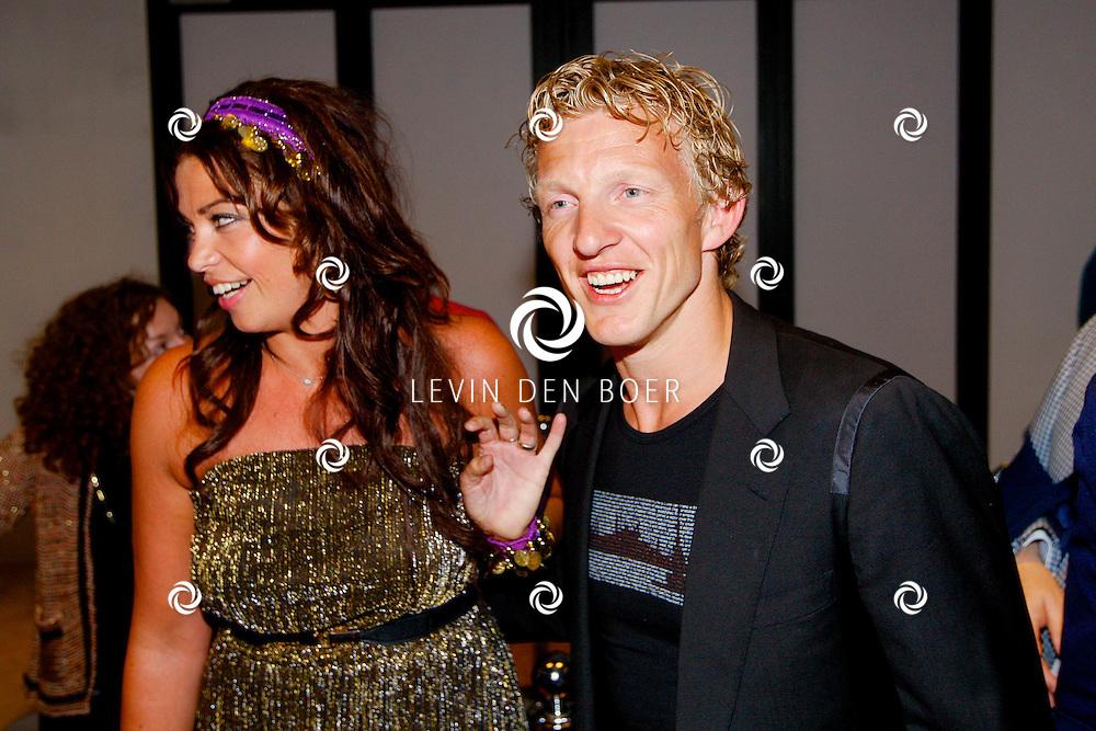 AMSTERDAM - Na het concert van De Toppers is er de welbekende VIP PARTY voor alle bekende Nederlanders. Met hier op de foto  Dirk Kuyt met zijn vrouw Gertrude. FOTO LEVIN DEN BOER - PERSFOTO.NU