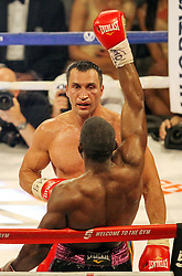 26.04.2015, Madison Square Garden, New York, USA, WBA, Wladimir Klitschko vs Bryant Jennings, im Bild Der Kampf ist aus Bryant Jennings hebt den Arm // during IBF, WBO and WBA world heavyweight title boxing fight between Wladimir Klitschko of Ukraine and Bryant Jennings of the USA at the Madison Square Garden in New York, United Staates on 2015/04/26. EXPA Pictures © 2015, PhotoCredit: EXPA/ Eibner-Pressefoto/ Kolbert<br /> <br /> *****ATTENTION - OUT of GER*****