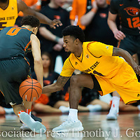 Oregon State's JaQuori McLaughlin, left, has the ball tipped away Arizona State's Shannon Evans II during the first half of an NCAA college basketball game in Corvallis, Ore., Thursday, Feb. 2, 2017. (AP Photo/Timothy J. Gonzalez)