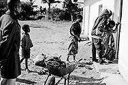 Mozambique reportage om fattigdom, vand, børn, aids og røde kors arbejde. Kvinde med veer er blevet kørt til sundhedsklinikken i trillebør og på vej ind fik hun en kraftig ve og gik i knæ.