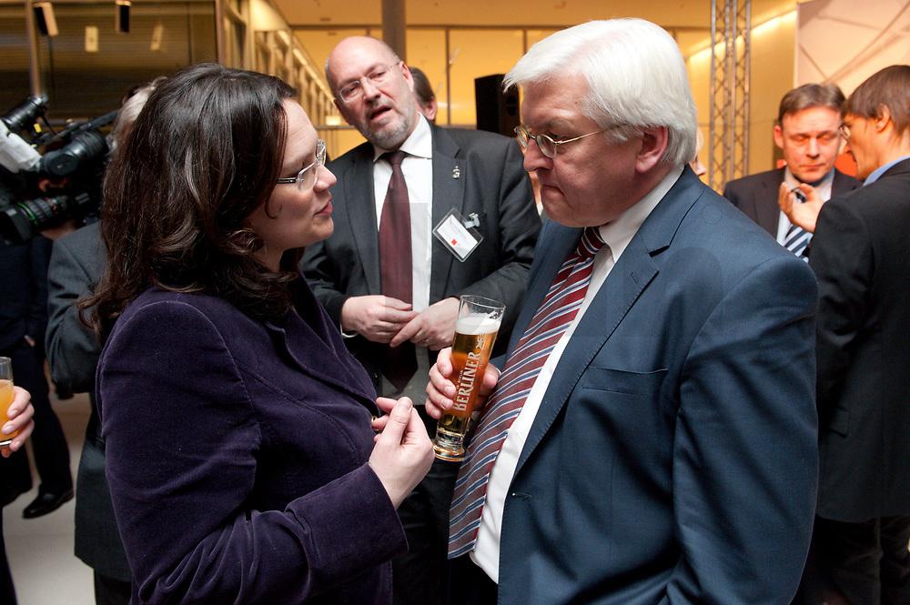 14 JAN 2010, BERLIN/GERMANY:<br /> Andrea Nahles (L), SPD Generalsekretaerin, und Frank-Walter Steinmeier (R), SPD Fraktionsvorsitzender, im Gespraech, Neujahrsempfang der SPD Bundestagsfarktion, Fraktionsebene, Deutscher Bundestag<br /> IMAGE: 20100114-02-030<br /> KEYWORDS: Gespräch