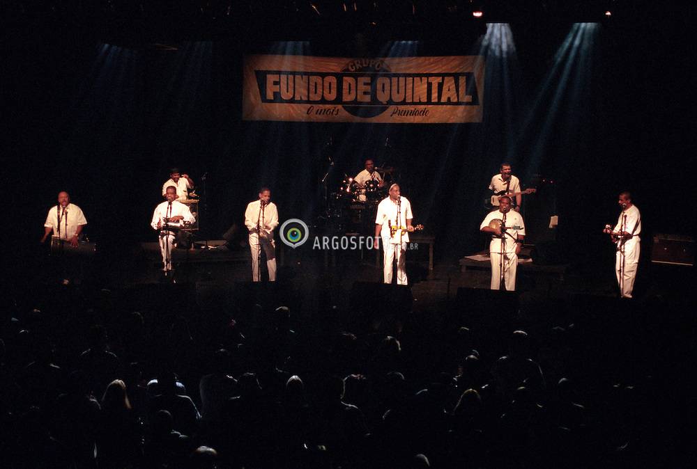 Sao Paulo, SP, Brasil    13/Maio/2000.Grupo Fundo de Quintal, em show para gravacao de DVD, dirigido por Rildo Hora. Local:Tom Brasil./ Fundo de Quintal Group in concert for DVD recording, directed by Rildo Hora at Tom Brasil music hall..Foto Marcos Issa/Argosfoto