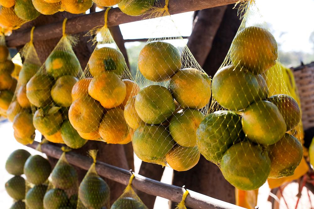 Divinopolis_MG, Brasil...Comercio informal de frutas na rodovia MG-50 em Divinopolis...The informal trade of fruits on MG-50 highway in Divinopolis...Foto: LEO DRUMOND / NITRO