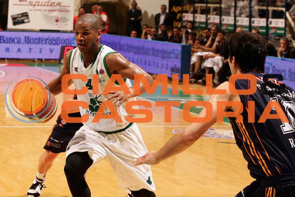 DESCRIZIONE : Siena Lega A1 2006-07 Playoff Semifinale Gara 1 Montepaschi Siena Lottomatica Virtus Roma <br /> GIOCATORE : Joseph Forte<br /> SQUADRA : Montepaschi Siena<br /> EVENTO : Campionato Lega A1 2006-2007 Playoff<br /> Semiinale Gara 1<br /> GARA : Montepaschi Siena Lottomatica Virtus Roma <br /> DATA : 30/05/2007 <br /> CATEGORIA : Palleggio<br /> SPORT : Pallacanestro <br /> AUTORE : Agenzia Ciamillo-Castoria/P.Lazzeroni