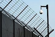 Nederland, Nijmegen, 29-6-2005..Hek en bewakingscamera bij de Pompekliniek. Verlof, proefverlof, tbs inrichting, kliniek, psychiatrie, zwaar geweldsmisdijf, moord, moordenaar, behandeling, ontsnappen, ontsnapping, maatschappelijke onrust...Foto: Flip Franssen/Hollandse Hoogte