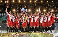 Fotball<br /> Tyskland<br /> 15.05.2010<br /> Foto: Witters/Digitalsport<br /> NORWAY ONLY<br /> <br /> Mark van Bommel mit Pokal, Bayern Pokalsieger 2010<br /> <br /> DFB-Pokal Finale Werder Bremen - FC Bayern München 0:4