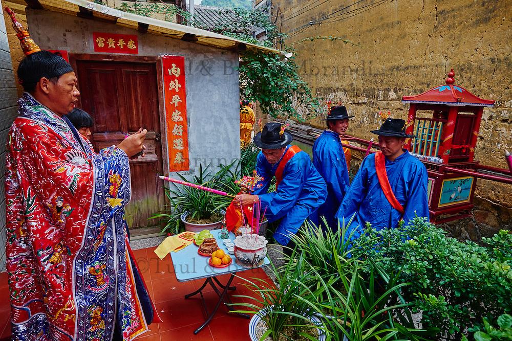 Chine, Province du Fujian, village de Taxia, fête religieuse, presentation des dieux Hakkas aux habitants du village // China, Fujian province, Taxia village, religious festival, the monk show the gods statues to the villagers