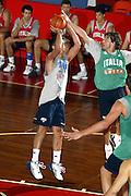 BORMIO LUGLIO 2004RITIRO PREOLIMPICO NAZIONALE ITALIANA BASKET <br /> NELLA FOTO MASSIMO BULLERI E GIAMMARCO POZZECCO<br /> FOTO CIAMILLO-CASTORIA