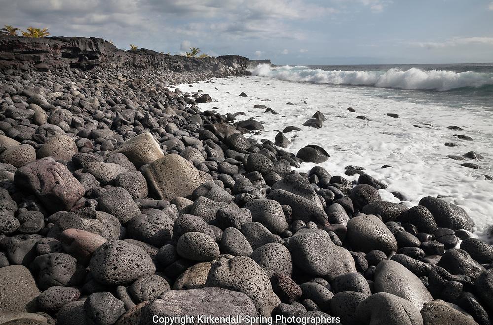 HI00353-00...HAWAI'I - Lava boulder covered beach at Kaimu on the island of Hawai'i.