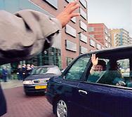 koningin Beatrix heeft het stadskantoor van enschede geopend en verlaat de stad...14-sept.2001