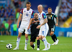 MOSCOW, RUSSIA - Saturday, June 16, 2018: Argentina's Javier Mascherano (centre) is muscled out by Iceland's Gylfi Sigurdsson (left) and Emil Hallfredsson (right)\ during the FIFA World Cup Russia 2018 Group D match between Argentina and Iceland at the Spartak Stadium. (Pic by David Rawcliffe/Propaganda)