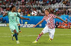 25.06.2016, Stade Bollaert Delelis, Lens, FRA, UEFA Euro 2016, Kroatien vs Portugal, Achtelfinale, im Bild Renato Sanches (POR), Mario Mandzukic (CRO) // Renato Sanches (POR), Mario Mandzukic (CRO) during round of 16 match between Croatia and Portugal of the UEFA EURO 2016 France at the Stade Bollaert Delelis in Lens, France on 2016/06/25. EXPA Pictures © 2016, PhotoCredit: EXPA/ JFK