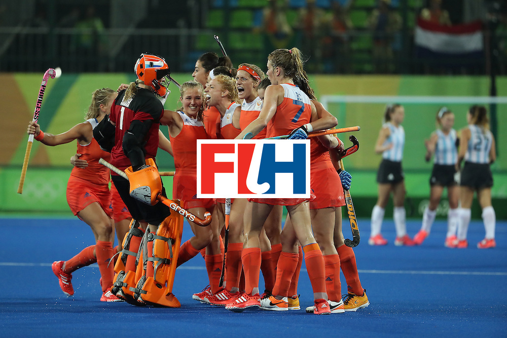 RIO DE JANEIRO, BRAZIL - AUGUST 15:  Netherlands celebrate after defeating Argentina 3-2 in the quarter final hockey game on Day 10 of the Rio 2016 Olympic Games at the Olympic Hockey Centre on August 15, 2016 in Rio de Janeiro, Brazil.  (Photo by Christian Petersen/Getty Images)