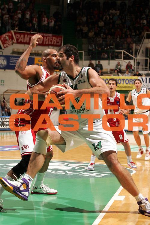 DESCRIZIONE : Siena Lega A1 2005-06 Montepaschi Mens Sana Siena Armani Jeans Olimpia Milano <br />GIOCATORE : Chiacig<br />SQUADRA : Montepaschi Mens Sana Siena<br />EVENTO : Campionato Lega A1 2005-2006 <br />GARA : Montepaschi Mens Sana Siena Armani Jeans Olimpia Milano<br />DATA : 06/11/2005 <br />CATEGORIA : <br />SPORT : Pallacanestro <br />AUTORE : Agenzia Ciamillo-Castoria/P.Lazzeroni