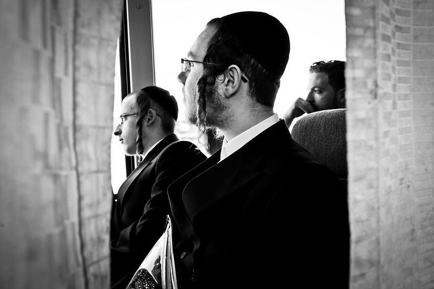 Kal Holczler , nel retro, siede dalla parte degli uomini nel bus per New Square, Rockland County,Upstate, New York. Kal torna a casa di rado e questa e` la prima volta in 10 anni che prende il bus segregato invece di prendere un tassi`. Foto scattata il 9 Marzo, 2014. <br /> Kal torna di rado a casa, circa una volta l'anno. Per lui e` molto difficile sedere separato dalla donne ora che non fa piu` parte della comunita' ultra-ortodossa di New Square in cui e` nato. Foto scattata il 9 Marzo, 2014.