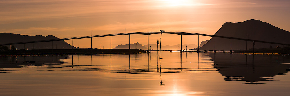 Kvalsund Bridge, Nearby Fosnavåg, Norway in beutiful morning light | Tidlig morgenlys ved Kvalsundbrua i Søre Vaulen, med flatt hav og spegling i sjøen