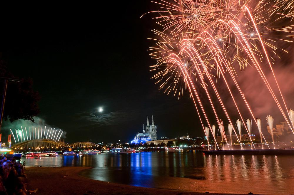 Köln, 09.07.2011- Veranstaltung:  Kölner Lichter; Zum Einlauf der Schiffe und zur Begrüssung wird das kleine Feuerwerk gezündet;   |     Cologne,Koeln, July 9th 2011, Koelner Lichter - Cologne  lights firework in front of the Cathedral        |