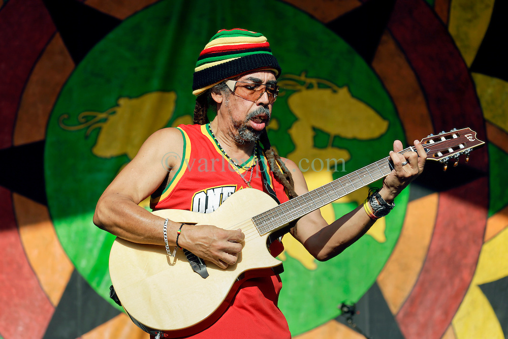 30 April 2015. New Orleans, Louisiana.<br /> The New Orleans Jazz and Heritage Festival. <br /> Stephen 'Cat' Coore of legendary Reggae band Third World plays the Congo Square stage.<br /> Photo; Charlie Varley/varleypix.com