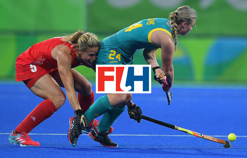 TOPSHOT - Australia's Mariah Williams (R) fights for the ball Britain's Crista Cullen during the women's field hockey Britain vs Australia match of the Rio 2016 Olympics Games at the Olympic Hockey Centre in Rio de Janeiro on August, 6 2016. / AFP / Carl DE SOUZA        (Photo credit should read CARL DE SOUZA/AFP/Getty Images)