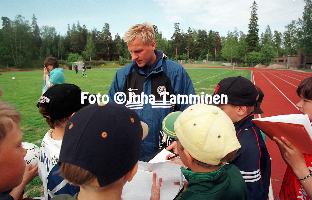 06.06.1999, Kauniainen, Finland. .Antti Niemi jakaa nimikirjoituksia harjoitusten j?lkeen. .Finland goalkeeper Antti Niemi signs autographs after a National Team training session..©JUHA TAMMINEN