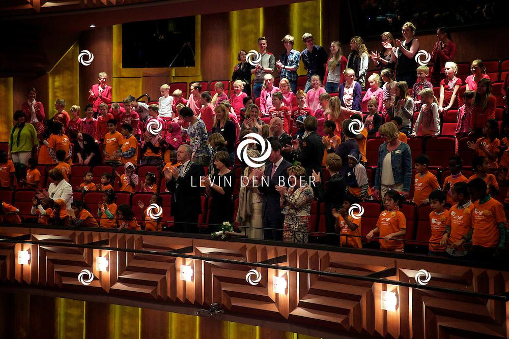 ZWOLLE - Koningin Máxima bezoekt speciale voorstelling in theater De Spiegel in Zwolle Ruim 500 kinderen maken samen de 'Symfonie voor Angsthazen en Durfals'. FOTO LEVIN DEN BOER - PERSFOTO.NU