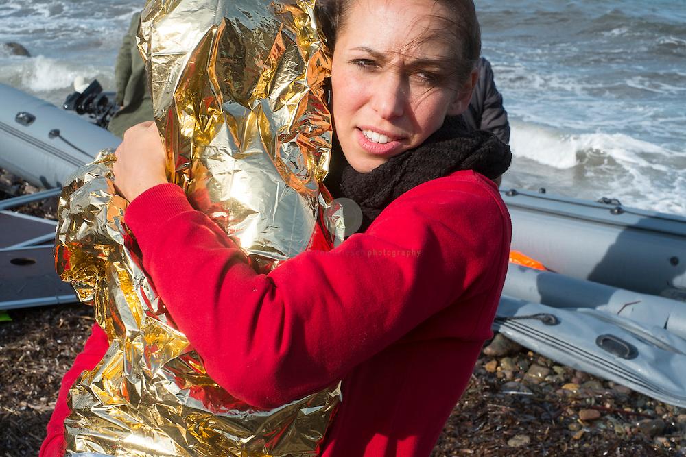 GRIECHENLAND, Lesbos, Efthalou, 31.10.2015 / Mit zunehmenden Herbststuermen wird auch die Ueberfahrt aus der Tuerkei nach Lesbos immer schwieriger. Trotzdem versuchen jeden Tag Hunderte von Menschen die gefaehrliche Ueberfahrt. Bei Ankunft an der Kueste versuchen freiwillige Helfer, die Menschen moeglichst schnell ins Trockene zu bringen und zu verpflegen. Oertliche Polizei oder Krankenwagen sind hier nicht anwesend - fuer die gesamte Insel gibt es nur 2 Rettungswagen. Hier eine Mutter mit ihrem unterkuehltem Kind.