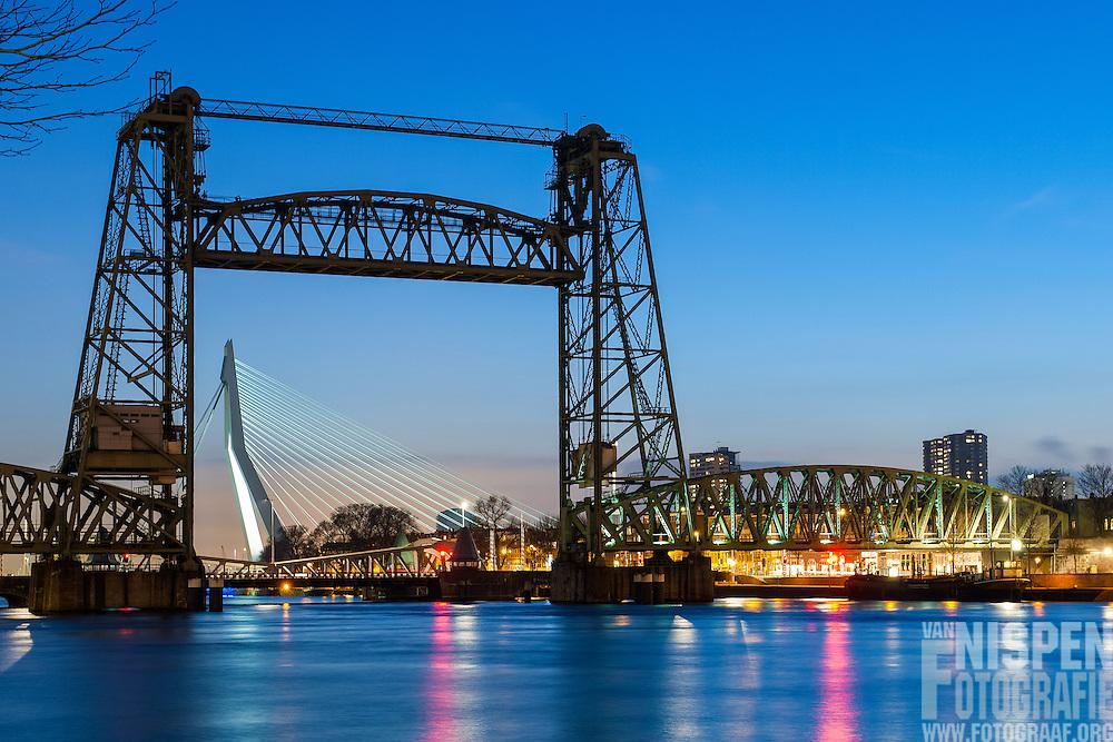 Avond foto van de de Hef, de oude spoorweghefbrug over de Koningshaven in Rotterdam, die het Noordereiland scheidt van de wijk Feijenoord. Koningshavenbrug.<br /> Uitsluitend eenmailig gebruik In het AD.