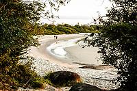 Casal caminhando na Praia da Daniela. Florianópolis, Santa Catarina, Brasil. / Couple walking at Daniela Beach. Florianopolis, Santa Catarina, Brazil.