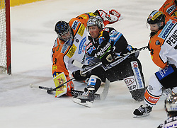 17.10.2010, Keine Sorgen Eisarena, Linz, AUT, EBEL, EHC Liwest Linz vs Moser Medical Graz 99ers, im Bild Rob Shearer (Liwest Black Wings,#19) und Fabian Weinhandl (Moser Medical Graz 99ers,#31), EXPA Pictures © 2010, PhotoCredit: EXPA/R.Eisenbauer