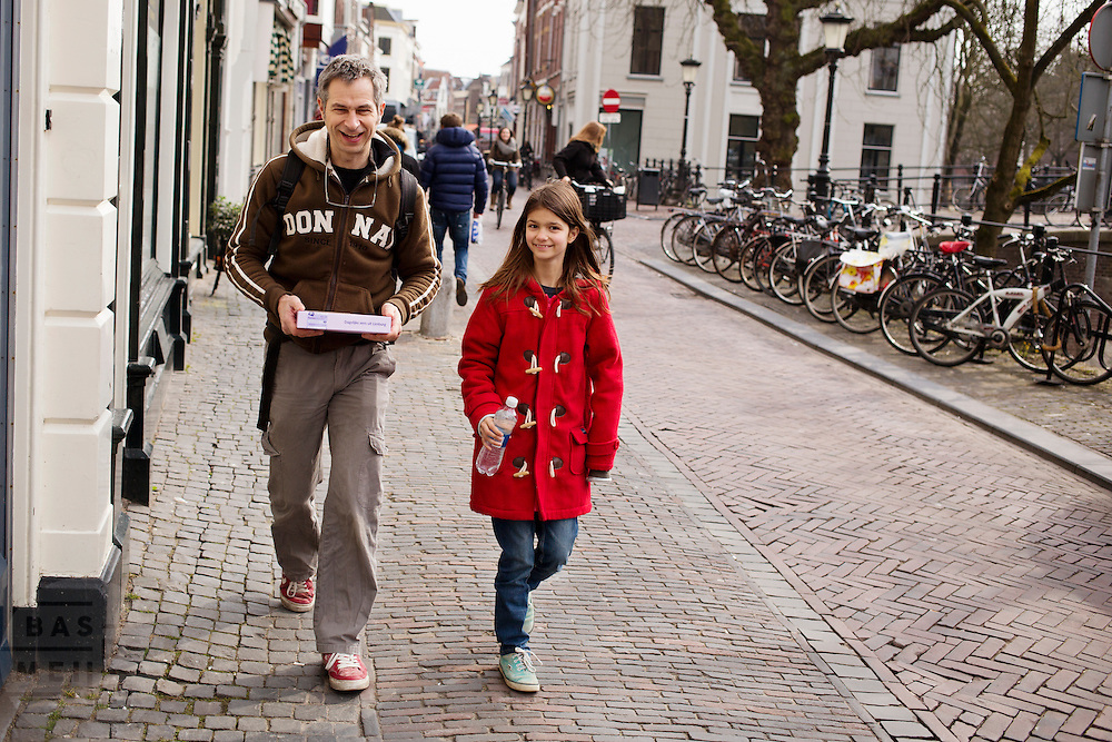 Fotograaf en schrijver Pieter van Leeuwen heeft met zijn dochter een vlaai gehaald bij de supermarkt.<br /> <br /> Photographer and publicist Pieter van Leeuwen bought some cake with his daughter at the super market.