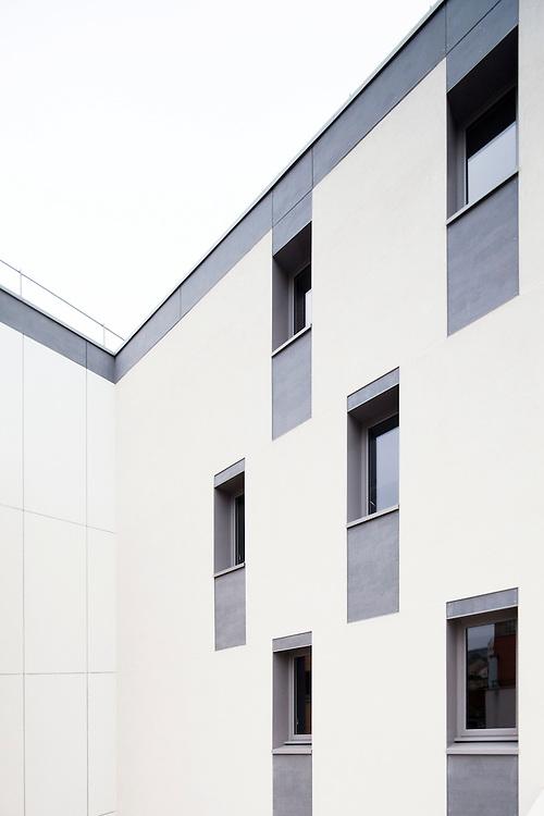 la Maison des Babayagas &agrave; Montreuil (93100). architectes : Jade et Sami Tabet. ETI entreprise generale. l&rsquo;anti maison de retraite : a Montreuil, des femmes retraitees, ont choisi de vieillir ensemble en creant la Maison des Babayagas, un lieu autog&eacute;r&eacute;, gr&acirc;ce &agrave; une convention entre leur association, la Mairie et l&rsquo;office HLM.<br /> elles disposent chacune d&rsquo;un appartement a loyer modere.