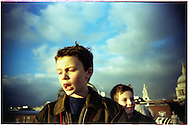 Children cross the Millennium Bridge that links the City of London at St. Paul's Cathedral with the Tate Modern Gallery, on December 2004. Photo Rafa RIVAS