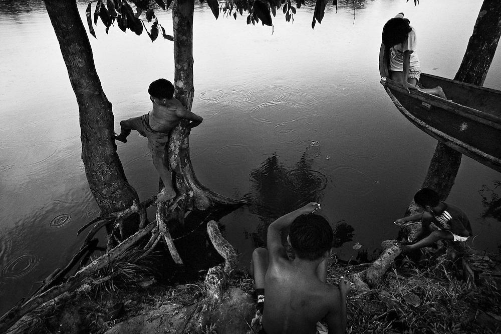 Guyane francaise, Elahe, Haut-Maroni, zone a acces reglemente.<br /> <br /> Dans ce village Wayana, le taux d'impregnation depasse le seuil maximum fixe par l'OMS apres la pollution de Minamata (1). Des examens neurologiques decelent des alterations chez les enfants. <br /> <br /> (1) En 1932, des quantites de mercure ont ete rejetees progressivement dans les eaux de Minamata au Japon. Ce n&rsquo;est que 23 ans apres que sont apparus les premiers cas de deces et une anormale multiplication de handicaps physiques et de malformations foetales.