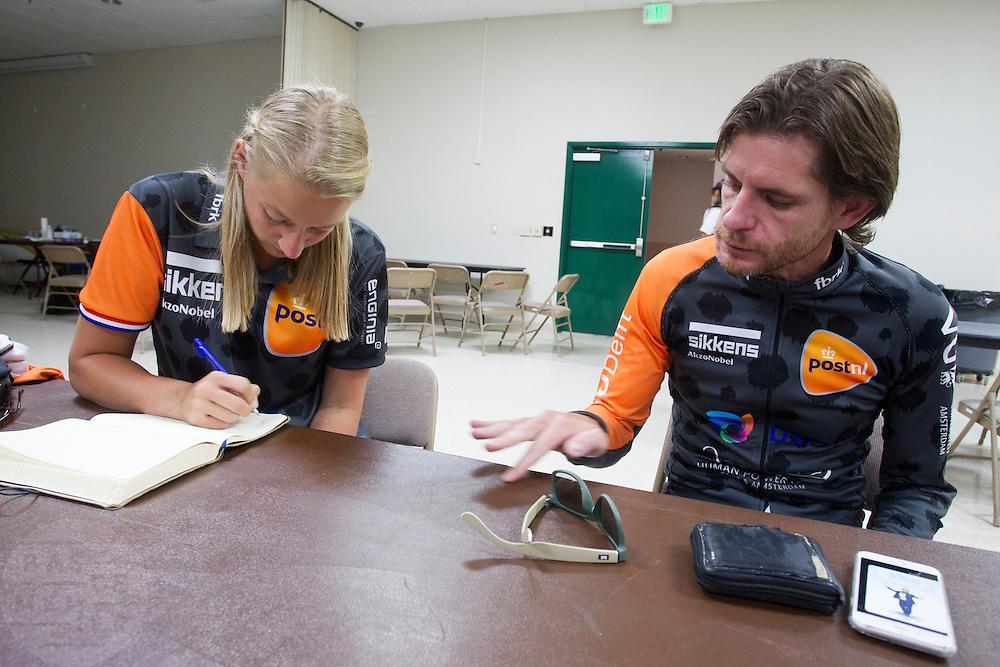 Jan Bos overlegt met de trainer over de opbouw van de race. Het Human Power Team Delft en Amsterdam (HPT), dat bestaat uit studenten van de TU Delft en de VU Amsterdam, is in Amerika om te proberen het record snelfietsen te verbreken. In Battle Mountain (Nevada) wordt ieder jaar de World Human Powered Speed Challenge gehouden. Tijdens deze wedstrijd wordt geprobeerd zo hard mogelijk te fietsen op pure menskracht. Het huidige record staat sinds 2015 op naam van de Canadees Todd Reichert die 139,45 km/h reed. De deelnemers bestaan zowel uit teams van universiteiten als uit hobbyisten. Met de gestroomlijnde fietsen willen ze laten zien wat mogelijk is met menskracht. De speciale ligfietsen kunnen gezien worden als de Formule 1 van het fietsen. De kennis die wordt opgedaan wordt ook gebruikt om duurzaam vervoer verder te ontwikkelen.<br /> <br /> The Human Power Team Delft and Amsterdam, a team by students of the TU Delft and the VU Amsterdam, is in America to set a new world record speed cycling.In Battle Mountain (Nevada) each year the World Human Powered Speed Challenge is held. During this race they try to ride on pure manpower as hard as possible. Since 2015 the Canadian Todd Reichert is record holder with a speed of 136,45 km/h. The participants consist of both teams from universities and from hobbyists. With the sleek bikes they want to show what is possible with human power. The special recumbent bicycles can be seen as the Formula 1 of the bicycle. The knowledge gained is also used to develop sustainable transport.
