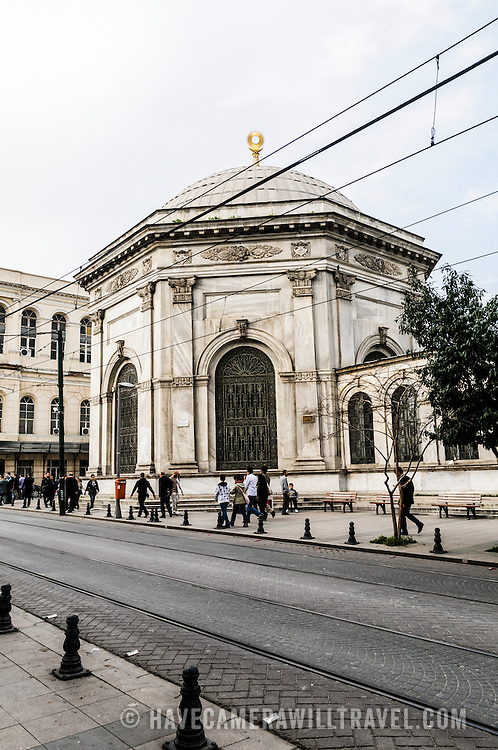 The Atik Ali Pasha Mosque (Turkish: Gazi Atik Ali Paa Camii) is an old Ottoman mosque located in the Çemberlita neighbourhood of Fatih district in Istanbul, Turkey. It was built by Grand Vizier Bosnal Hadm Atik Ali Paa in 1496, during the reign of Sultan Beyazt II. The mosque is located near the entrance to the Kapalçar (Grand Bazaar), Column of Theodosius and the historical Nuruosmaniye Mosque.