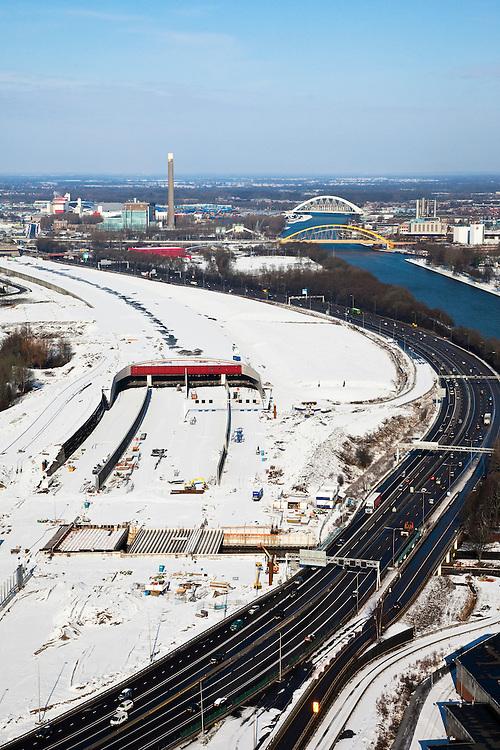 Nederland, Utrecht, Leidsche Rijn, 31-01-2010; zuidelijke ingang van de nieuwe landtunnel voor de A2. De tunnel ligt parallel aan de bestaande A2, het asfalt zal op termijn verdwijnen en op het dak van de tunnel zal een park komen. Vlak voor de ingang is het viaduct over het riviertje de Leidsche Rijn in aanbouw. Rechts het Amsterdam-Rijnkanaal..Southern entrance of the new landtunnel for A2. The tunnel lies parallel to the existing motorway A2, the asphalt will eventually disappear and the roof of the tunnel will be a park. Left of the tunnel Leidsche Rijn with the districts and Langerak Parkwijk. Right the Amsterdam-Rhine Canal.luchtfoto (toeslag), aerial photo (additional fee required).foto/photo Siebe Swart