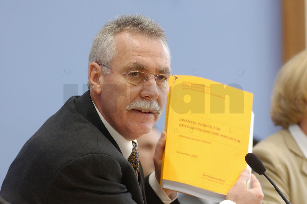 13 NOV 2002, BERLIN/GERMANY:<br /> Prof. Dr. Wolfgang Wiegard, Professor fuer Volkswirtschaftslehrer Uni Regensburg und Vorsitzender des Sachverstaendigenrates zur Begutachtung der gesamtwirtschaftlichen Entwicklung, mit dem Gutachten, waehrend der Pressekonferenz zur Uebergabe des Jahresgutachtens 2002/2003 &quot;Zwanzig Punkte fuer Beschaeftigung und Wachstum&quot;, Bundespressekonferenz<br /> IMAGE: 20021113-03-010<br /> KEYWORDS: Sachverst&auml;ndigenrat, &Uuml;bergabe, Wirtschaftswissenschaftler